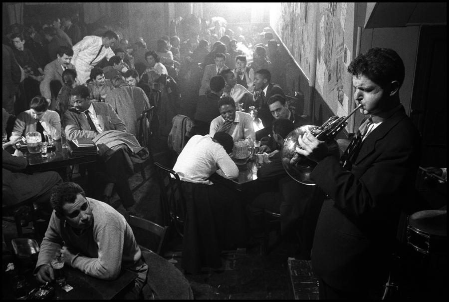 David Amram en el Five Spot Café. Fotografía: Burt Glinn