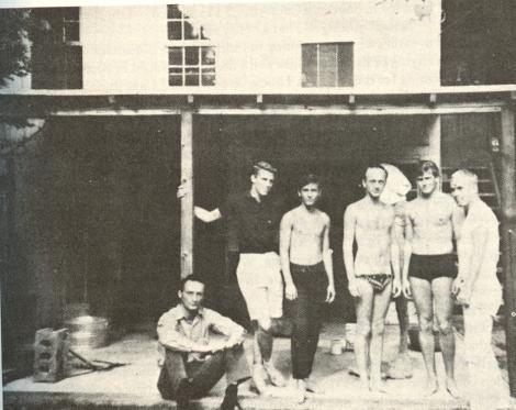 Frank O'Hara y Larry Rivers en la casa de este en Southampton