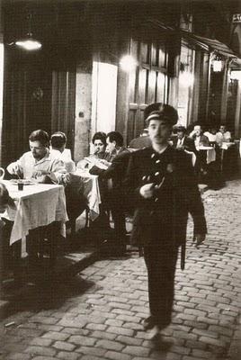 Sereno en la calle Nou de Sant Francesc, frente al restaurante Los Caracoles, 1962. © Xavier Miserach