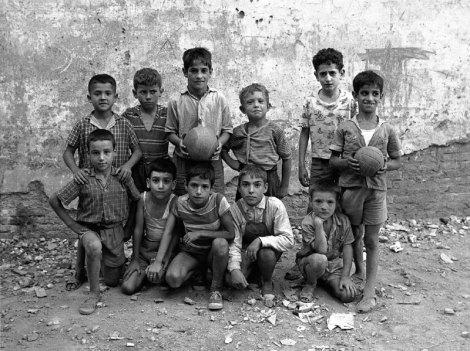 Niños jugando en el Barrio Chino de Barcelona. Fotografía: Joan Colom. Década de los cincuenta.