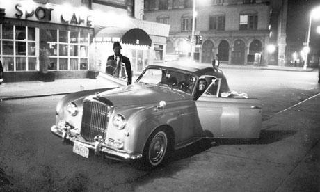 Nica y Thelonious Monk en la puerta del Five Spot Cafe, en su Bentley plateado.